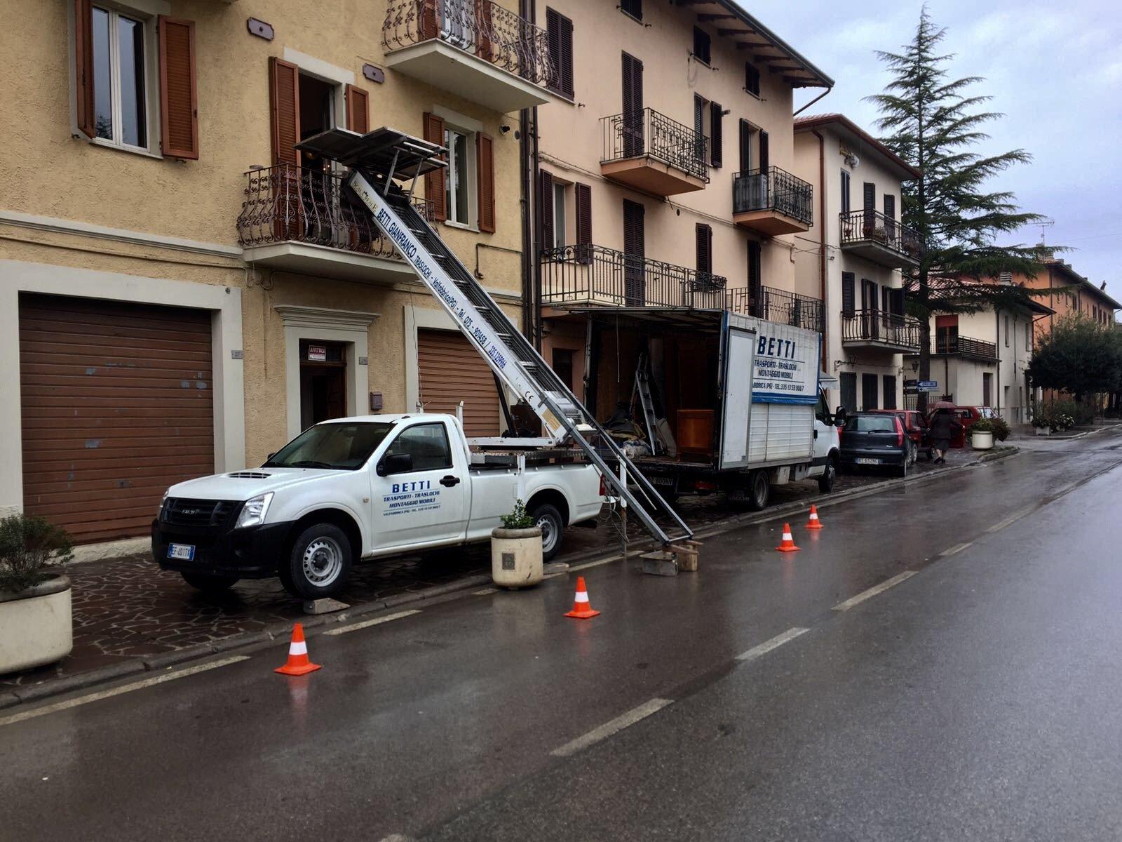 Furgoncino con cassone, camioncino e autogru di Betti Gianfranco