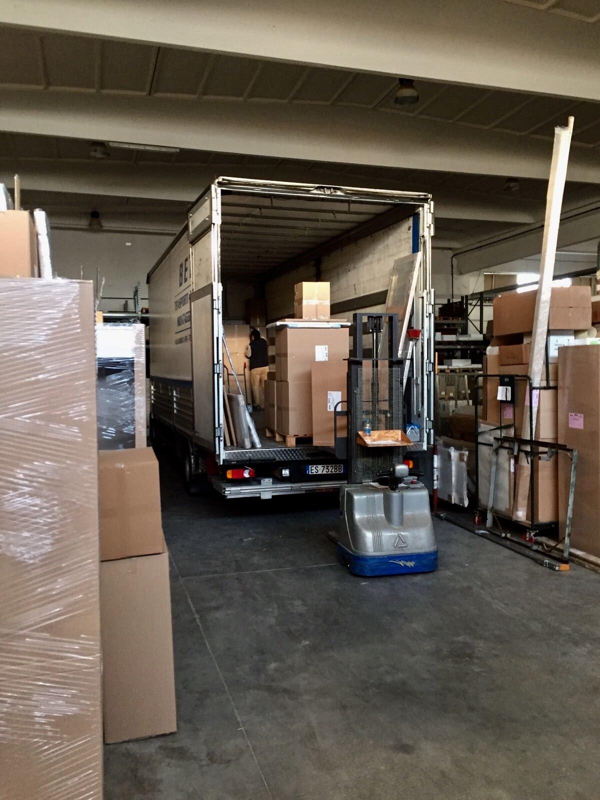Un operaio scarica le scatole del trasloco dal retro del camion