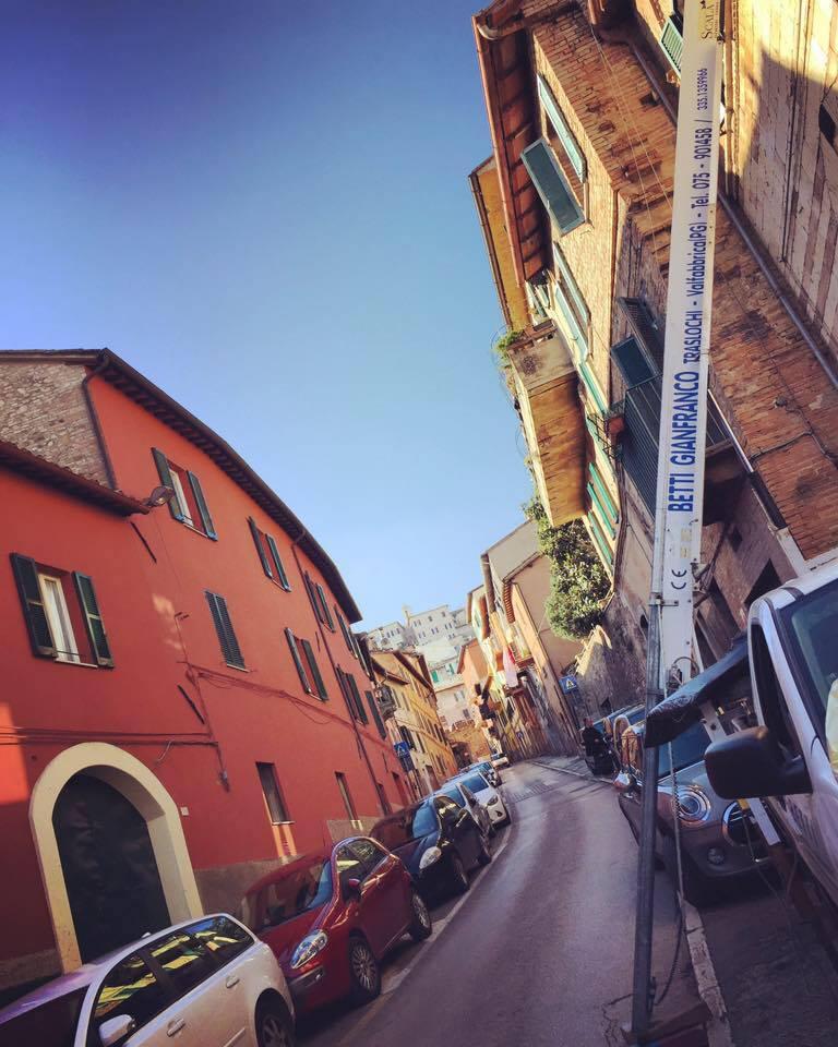 Gru della ditta Betti Gianfranco di fronte a una palazzina durante un trasloco