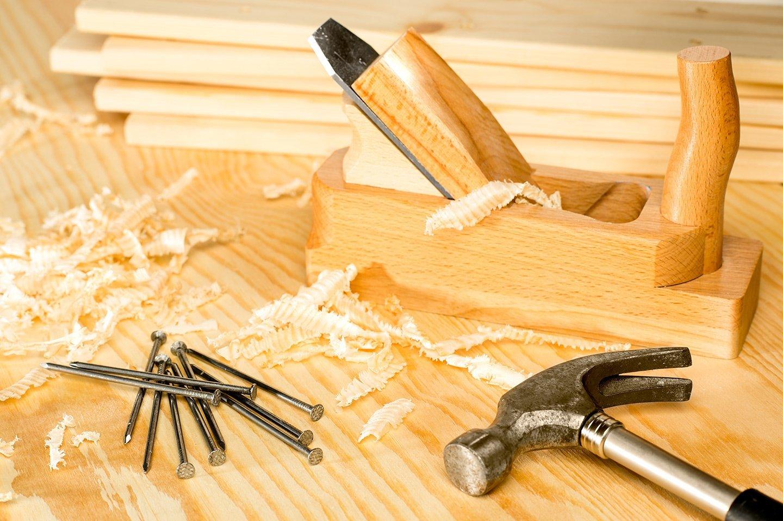 legno con chiodi e martello