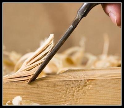 coltello taglia un pannello in legno