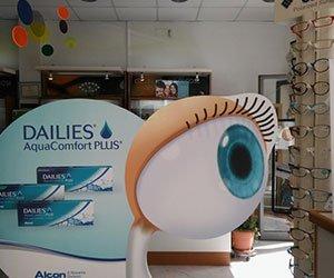 un rilievo di cartone con un occhio disegnato e la scritta Dailies AcquaComfort Plus