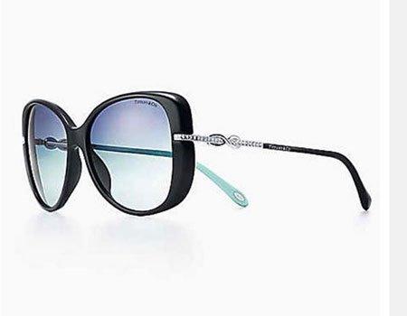 degli occhiali da sole neri con bacchette argentate