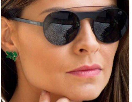 degli occhiali da sole neri con lenti blu scure