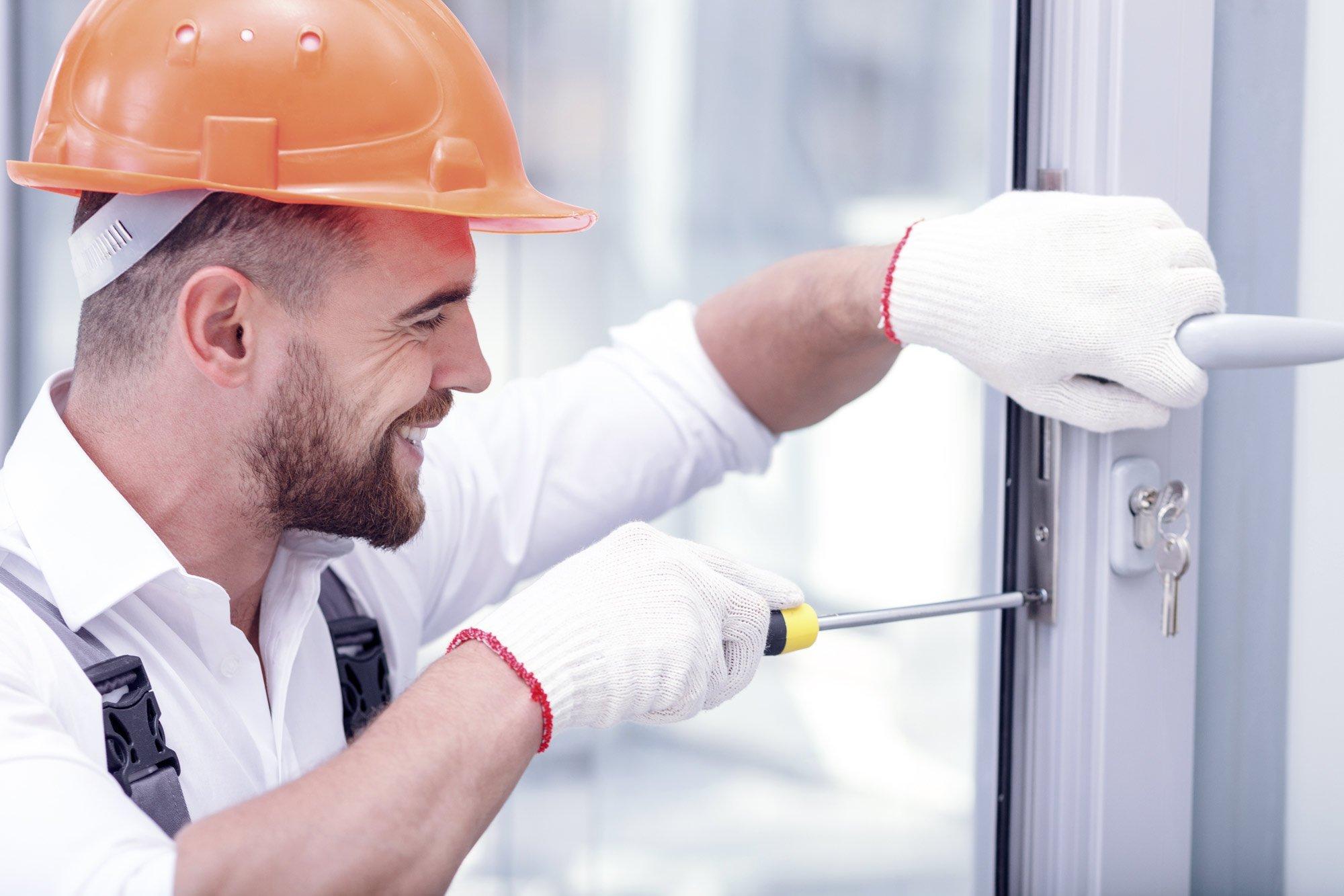 Artigiano specializzato ripara la porta