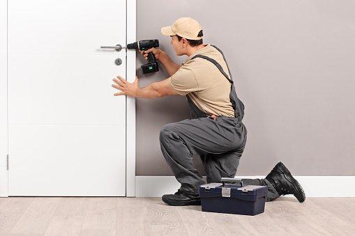 Un operaio installa una serratura