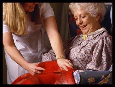 un'infermiera che assiste una donna anziana seduta