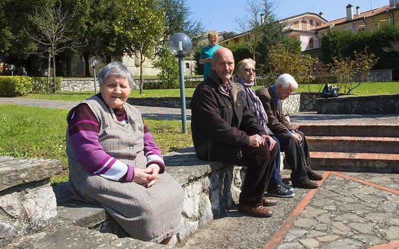 Alcuni anziani nel parco di Villa Troisi