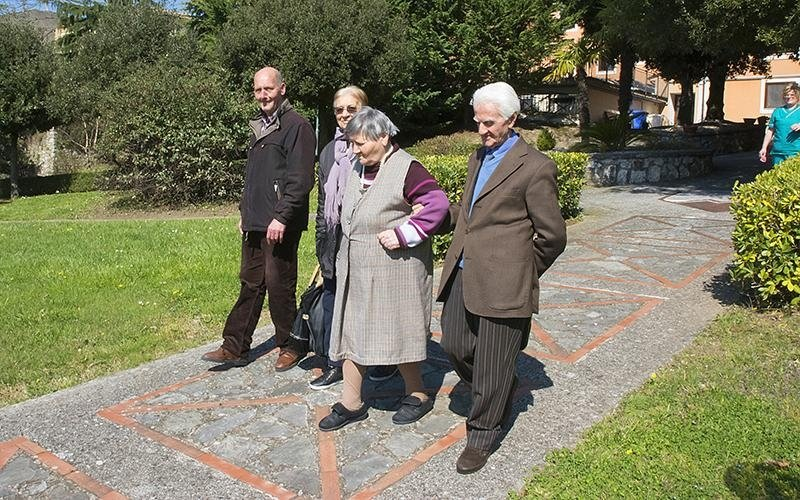 Anziani a passeggio nella Villa Troisi