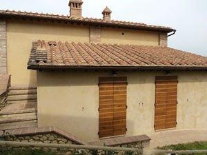 uno stabile con due porte in legno
