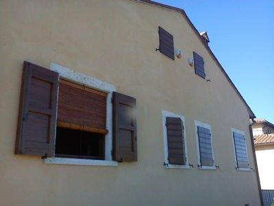 uno stabile con le finestre in legno