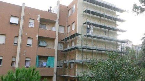 lavoratori ristrutturano una facciata
