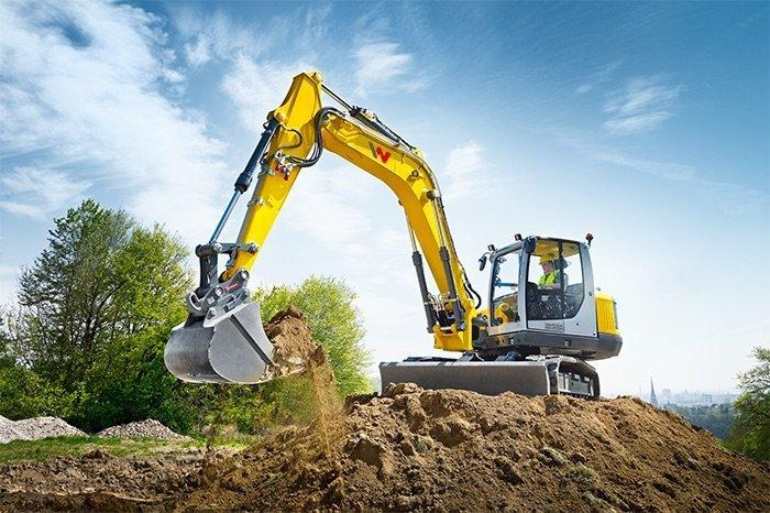 escavatore cingolato con coda