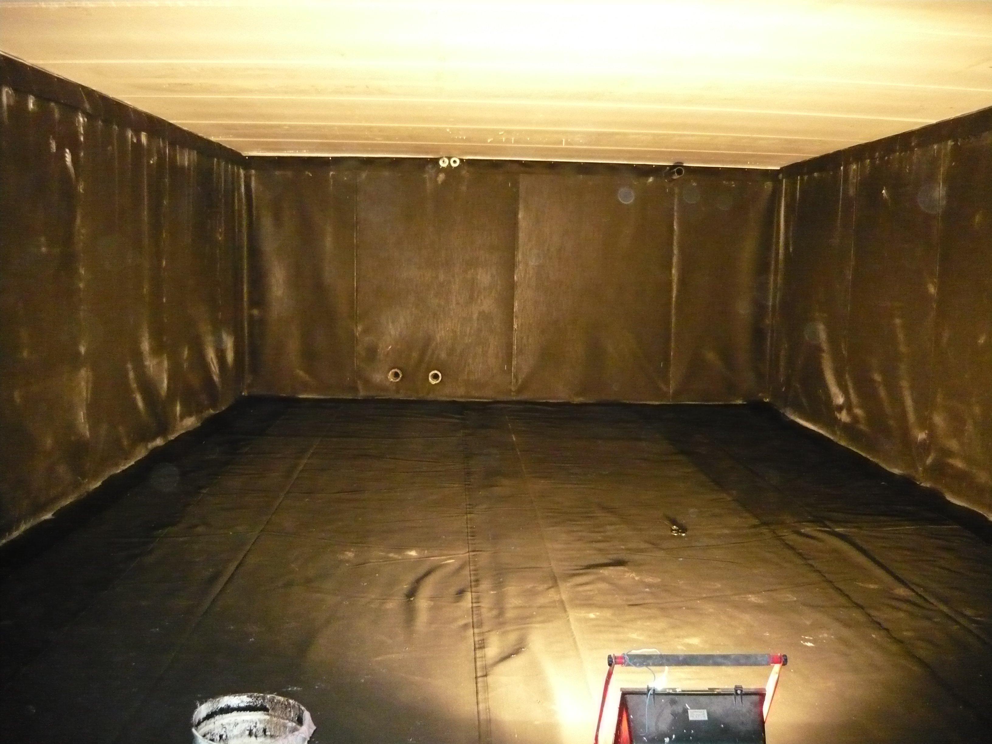 stanza con teli sulle pareti