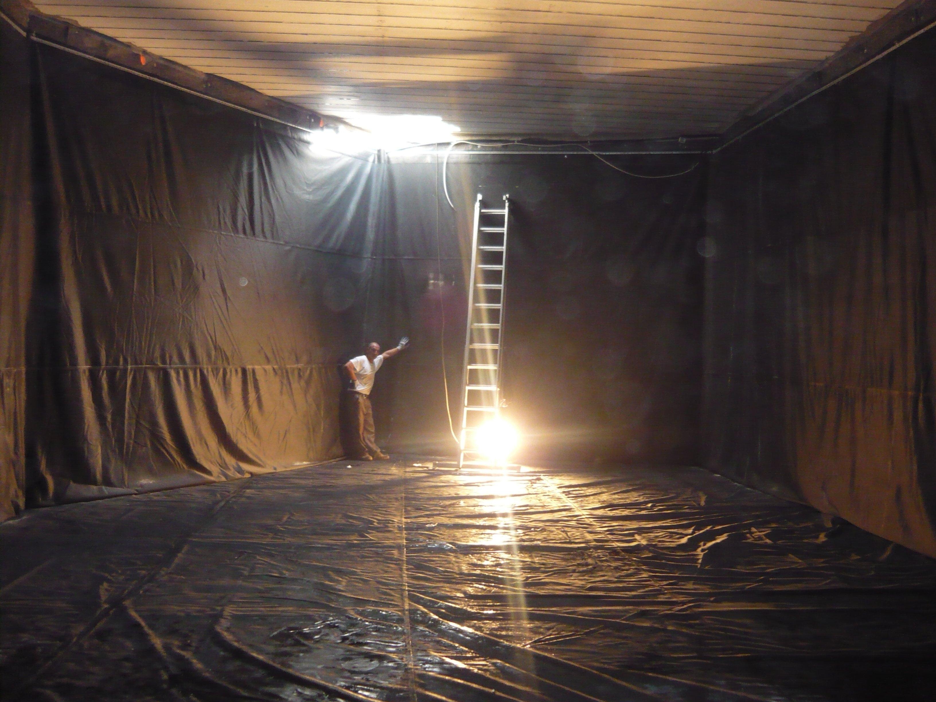 grossa stanza con teli neri sulle pareti