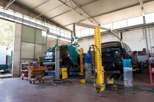 Vista delle auto in riparazione
