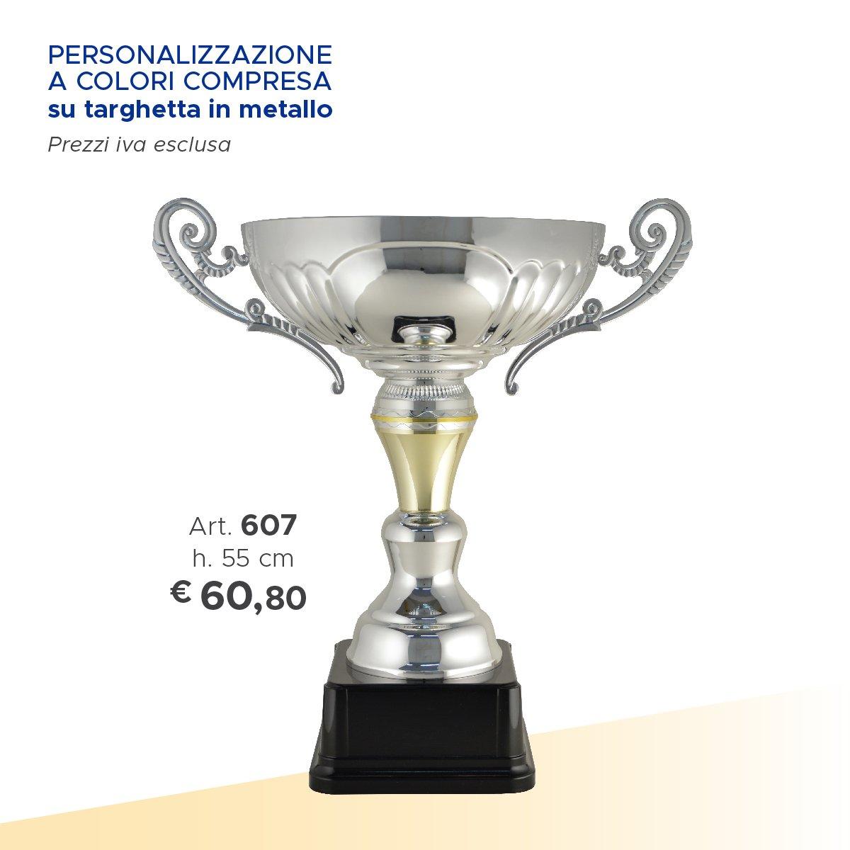 una coppa d'argento con due manici con sotto scritto prezzo e misura