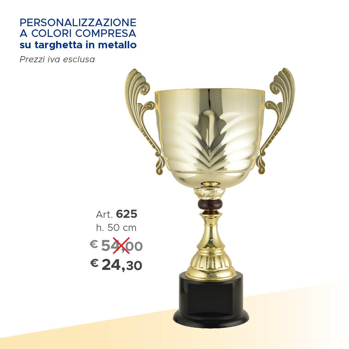 una coppa argentata e la scritta personalizzazione a colori compresa su targhetta in metallo con dei prezzi scritti