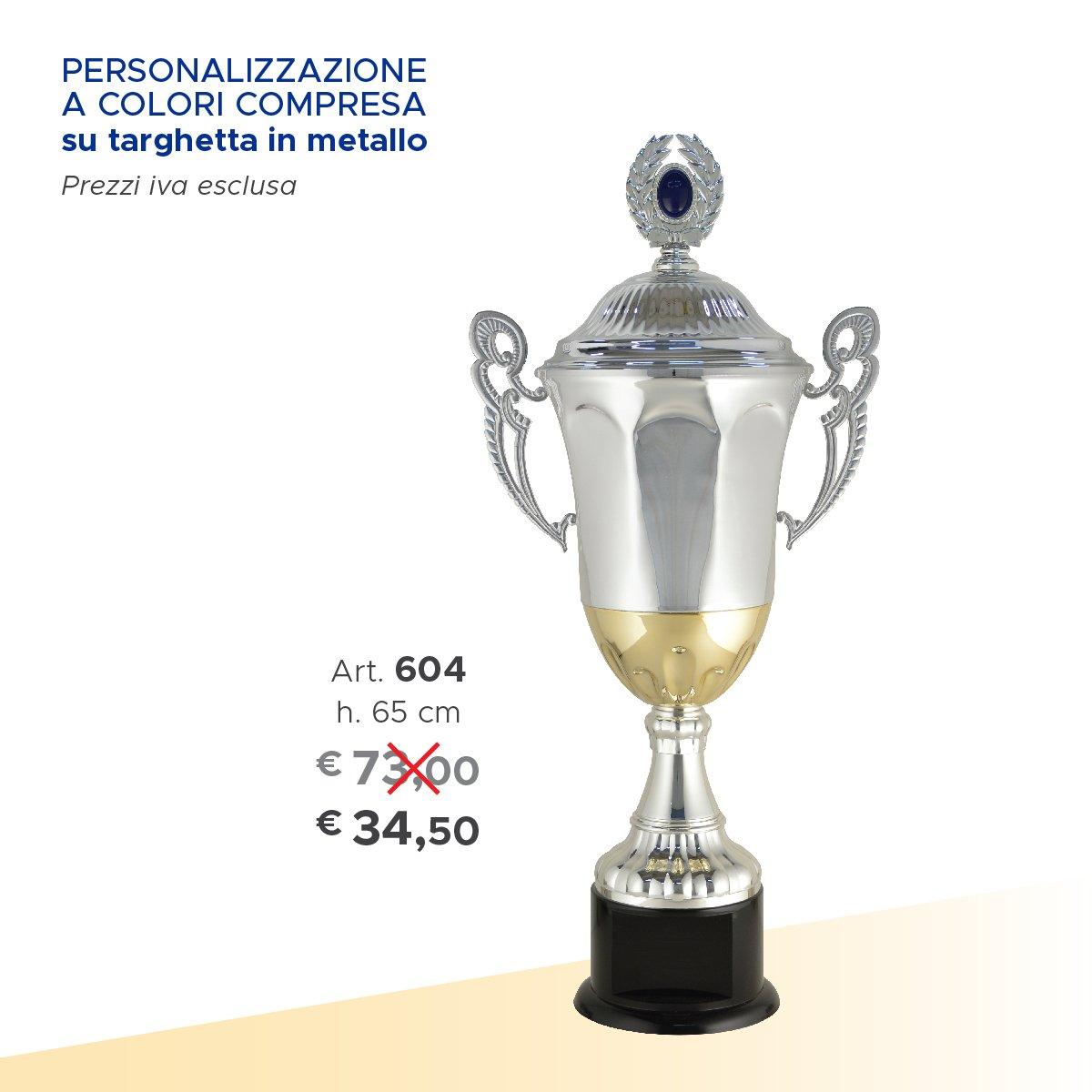 un trofeo argentato con due manici e accanto il prezzo scritto
