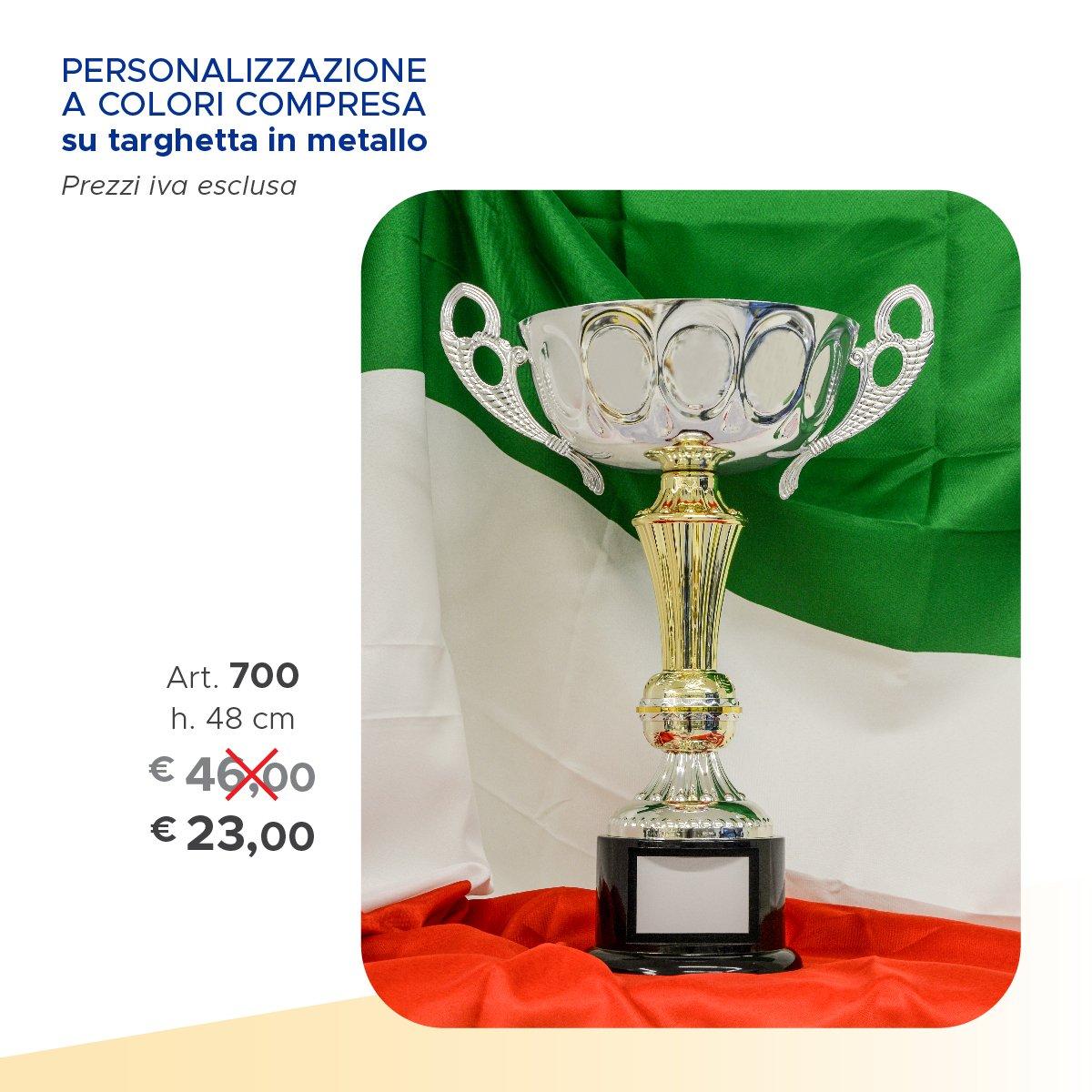 una coppa con due manici, dietro la bandiera dell'italia e sulla sinistra il prezzo scritto