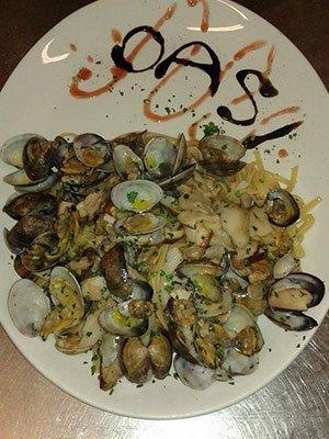un piatto di linguine con cozze e funghi