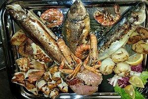 un vassoio con una grigliata di pesce misto