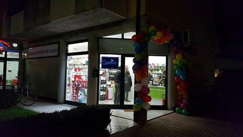 vista interna dell entrata del negozio addobbata con palloncini gonfiabili