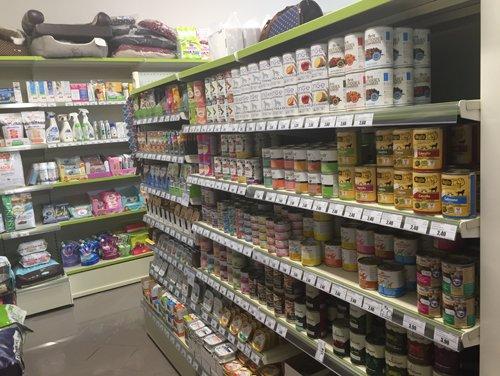 scaffali con prodotti per animali