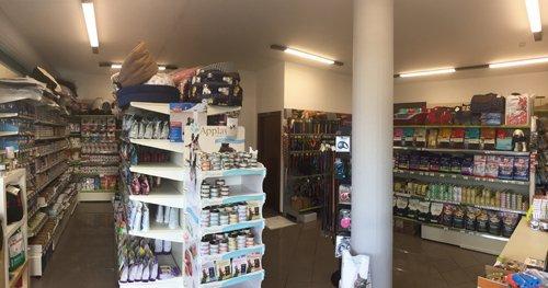 negozio con scaffali e pilastro