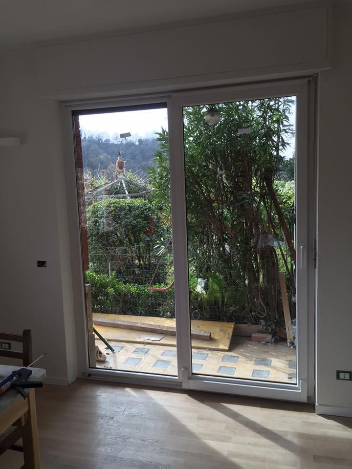 una porta finestra scorrevole