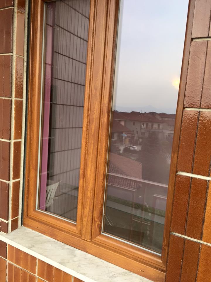 una finestra in legno marrone