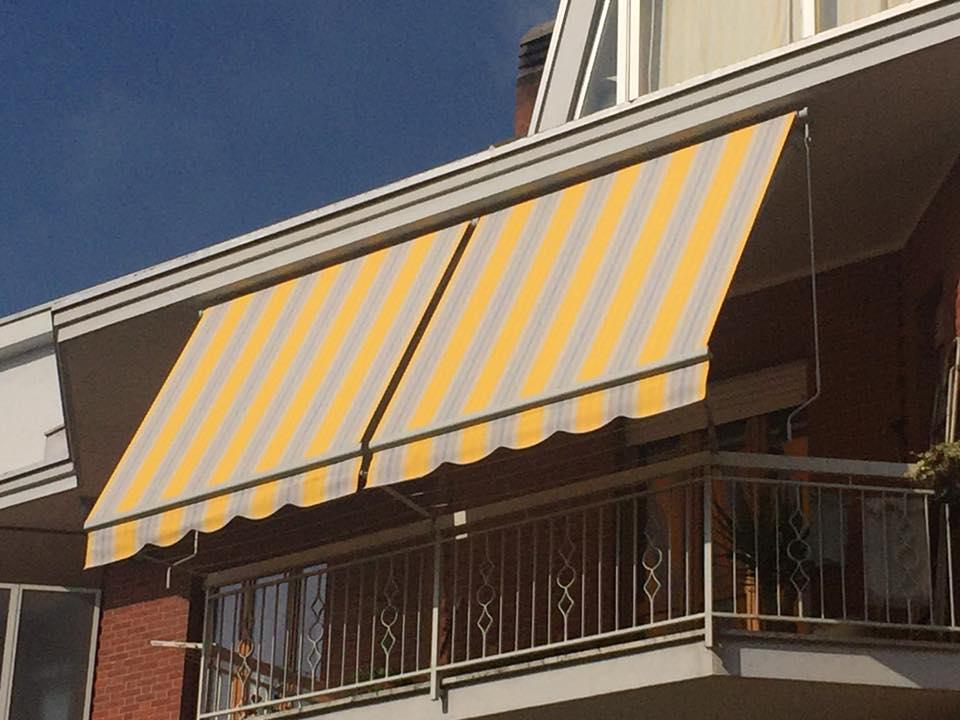una tenda gialla e rossa su un balcone