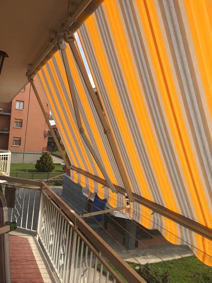 una tenda grigia e arancione