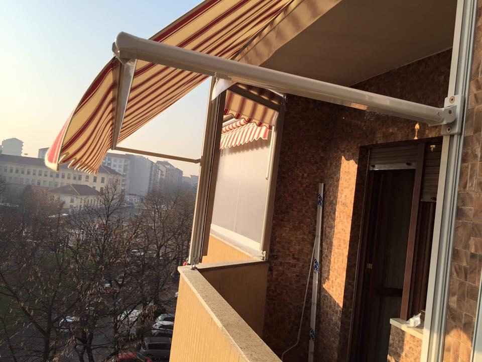 una tenda grigia e arancione su un balcone