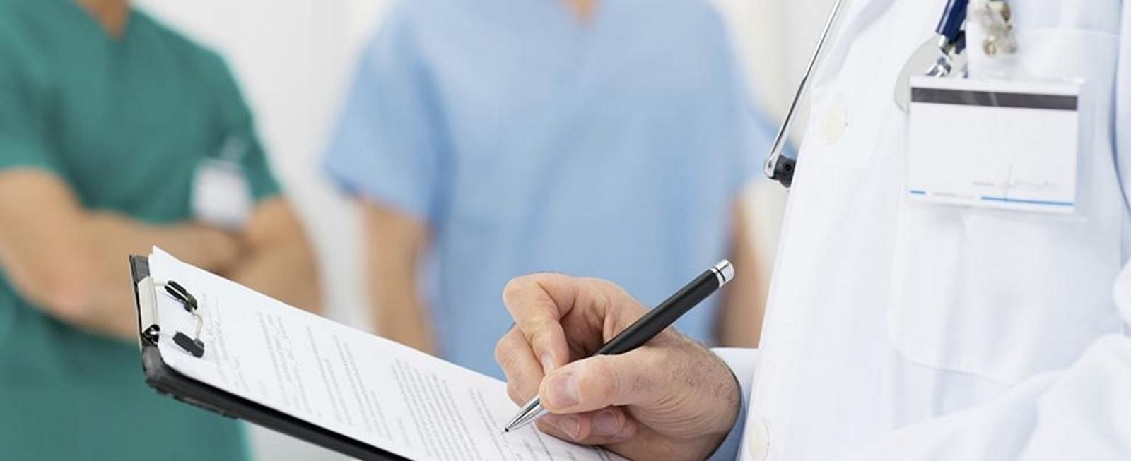 un medico mentre scrive su un rilievo di scrittura