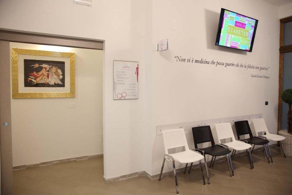delle sedie e uno schermo in una sala d'attesa