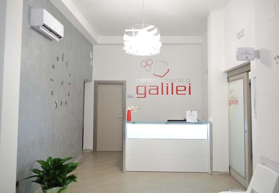 una reception e la scritta sul muro centro medico Galilei