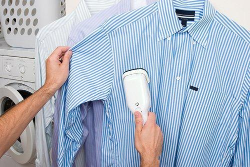 Una specialista sta facendo wet cleaning su una camicia