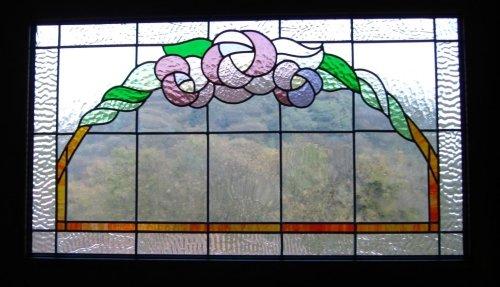 una vetrata con un disegno colorato