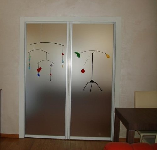 due porte in vetro con simboli verdi,rossi e gialli