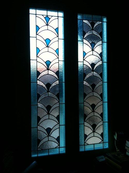 delle vetrate azzurre e bianche a disegni neri