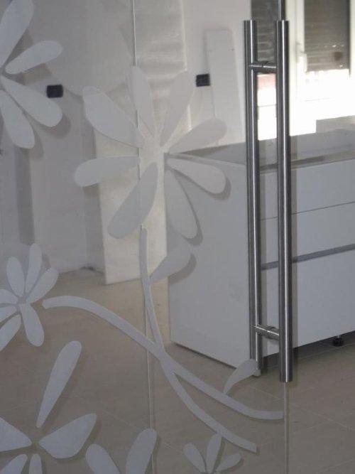 una vetrata di un box doccia con disegni a fiori