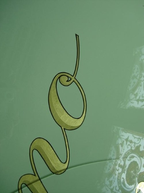 una vetrata a disegni oro