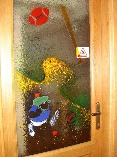 una porta in legno e vetro con dei disegni e sfumature colorate