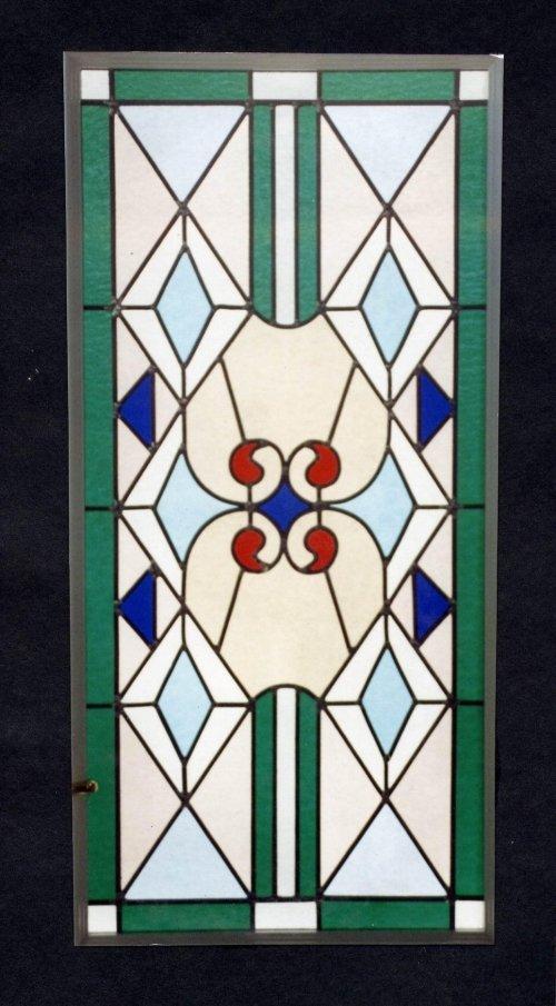 una vetrata verde,giallina a disegni blu e rossi