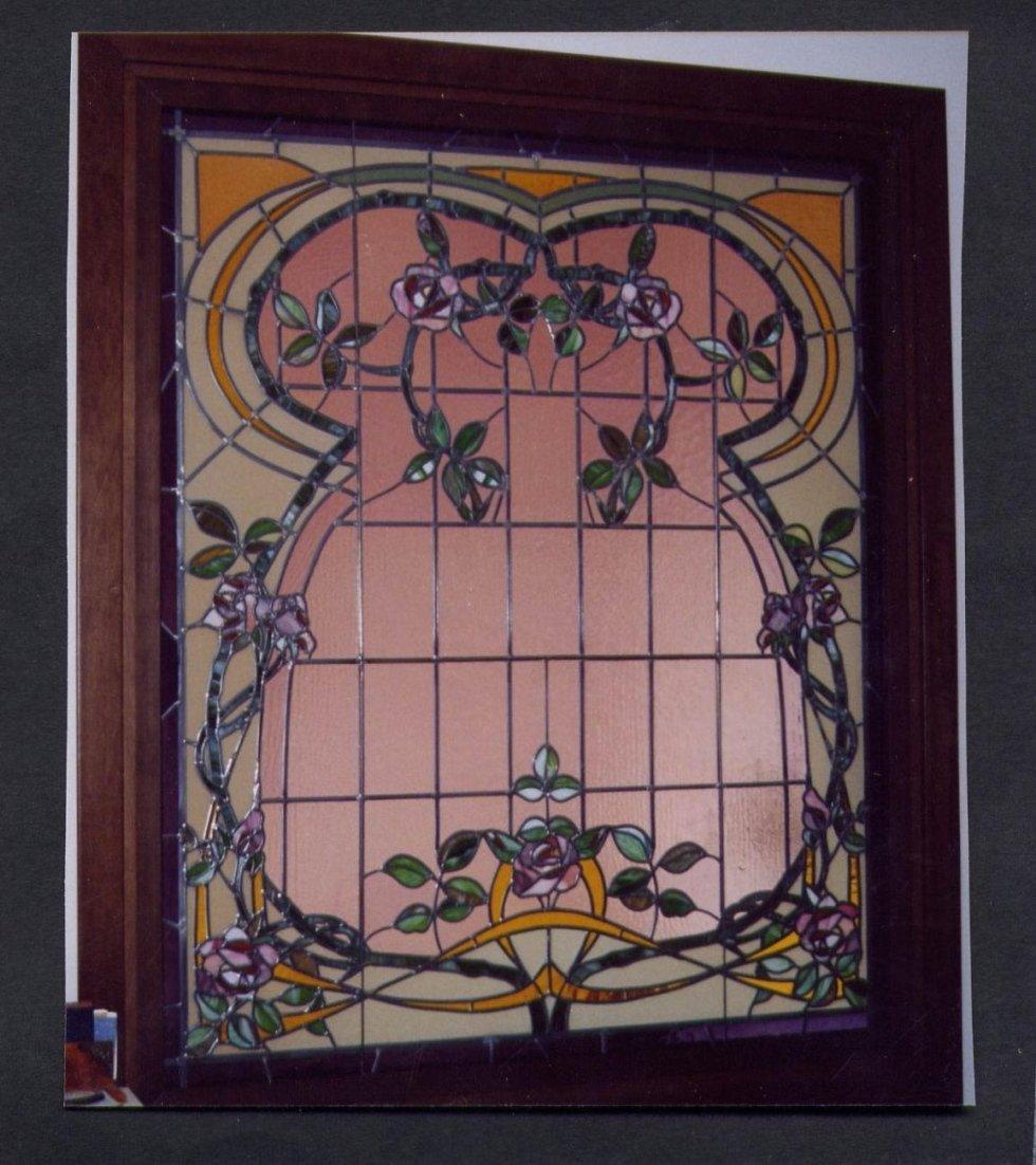 una vetrata colorata con disegni a fiori