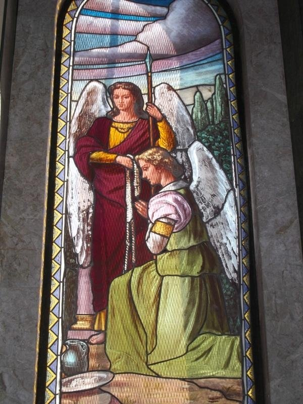 una vetrata colorata col disegno di due angeli