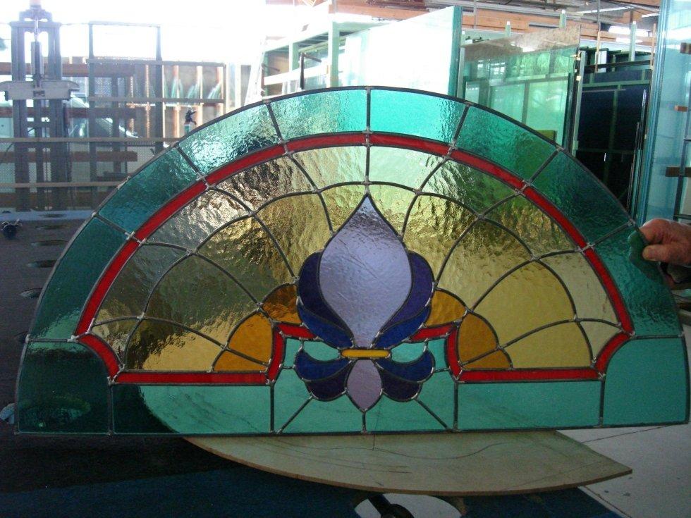 un vetro a mezzaluna con disegni colorati