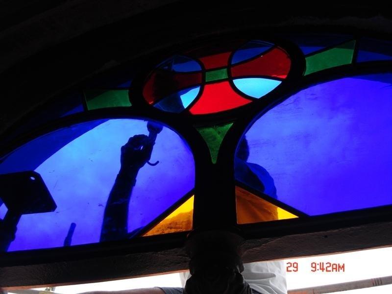 delle vetrate color blu, rosso e verde