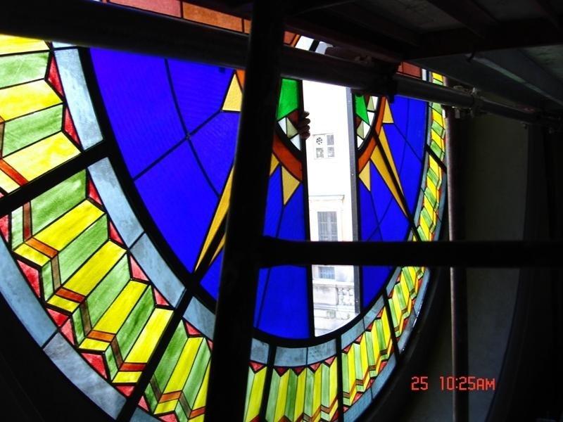 una vetrata rotonda di diversi colori con disegni